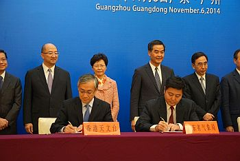 Mr Shun Chi-ming (left front), Director of the Hong Kong Observatory, and Mr Zou Jianjun (right front), Acting Director-General of Guangdong Meteorological Bureau, signed the
