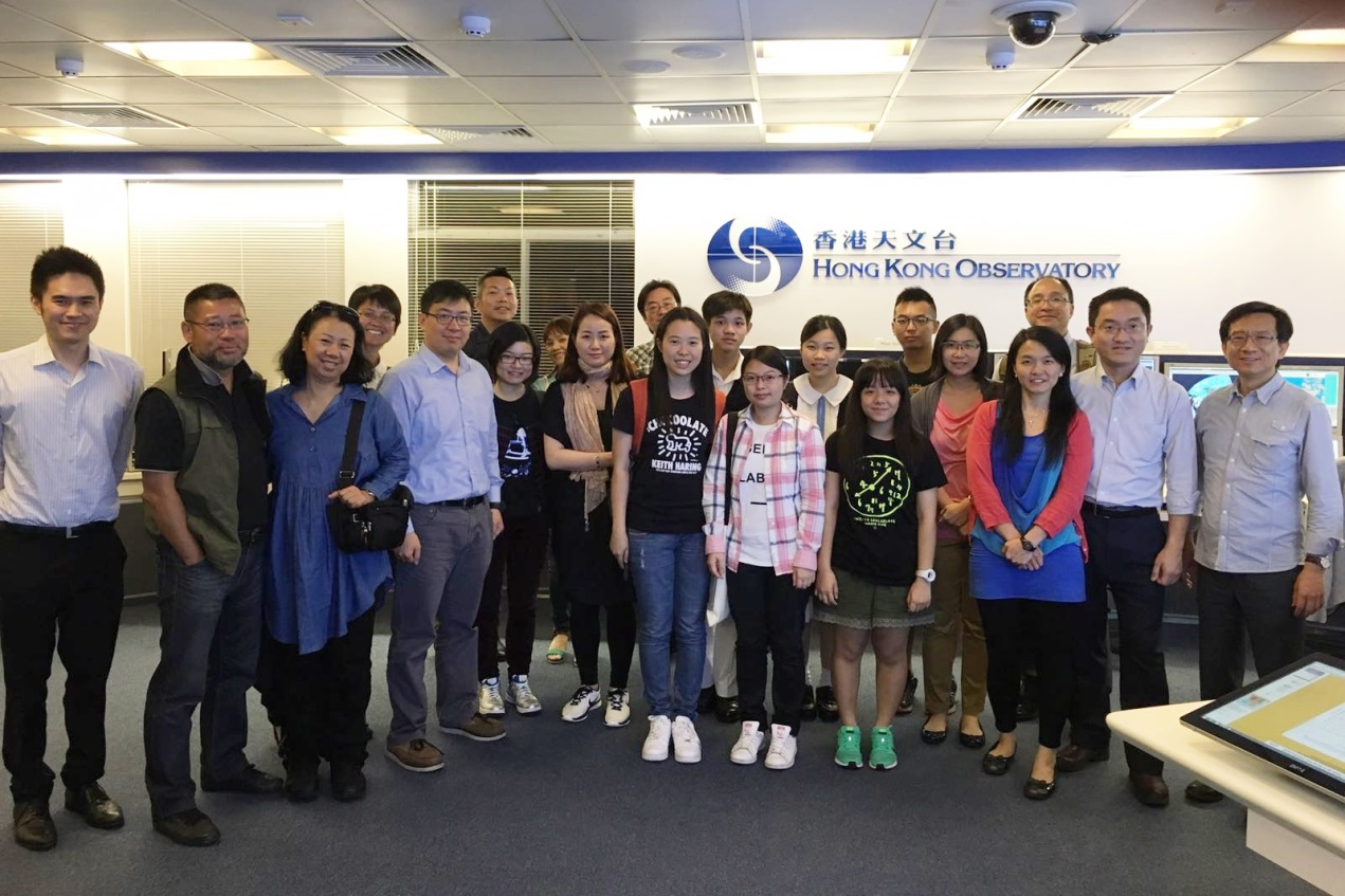 A group photo of HKACC visitors with the lecturer Dr. PW Li (rightmost) and the duty forecaster Dr. CK Ho (leftmost) taken at the Observatory's Central Forecasting Office.