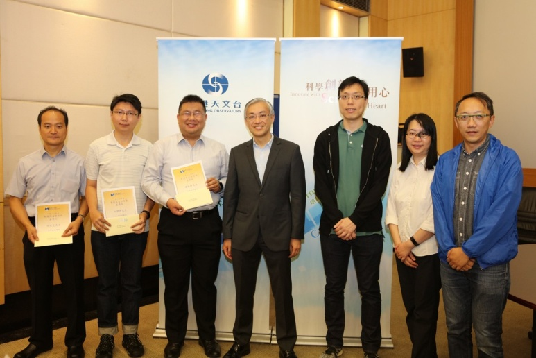 Mr. HUI Kin-chung, Ms. WONG Sau-ha, Mr. CHAN Ngo Hin, Mr. LAU Chi-yung, Mr. SHEK Fung Sun and Mr. POON Ka-kit received on behalf of the AMO team Director's commendation for maintaining quality aviation weather services during super typhoon Mangkhut