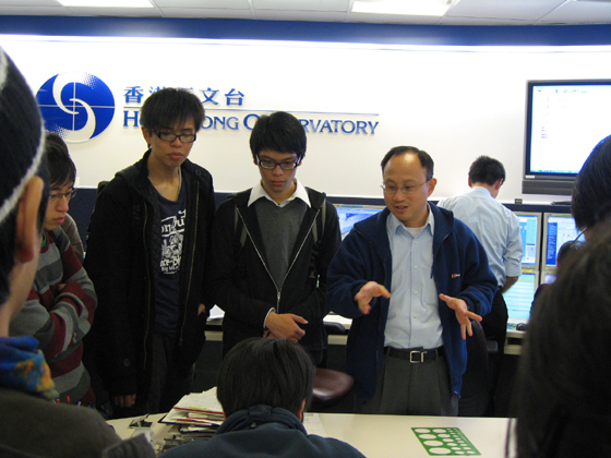 Dr. Lee Tsz-cheung (1st right) explaining the work of the weather forecaster to students of the Hong Kong Polytechnic University