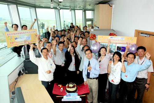 The Director of the Hong Kong Observatory, Mr. C.Y. Lam (first from the left in the front row) shared joyful moments with staff at the Chek Lap Kok Airport Meteorological Office to celebrate its 10th anniversary.