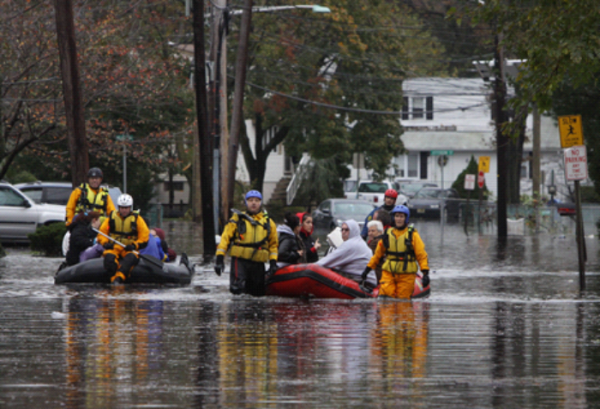 Photo. People being evacuated from a neighbourhood in Little Ferry, New Jersey, one day after Hurricane Sandy slammed the east coast of the United States on 30 October 2012. (©AFP (Mehdi Taamallah))