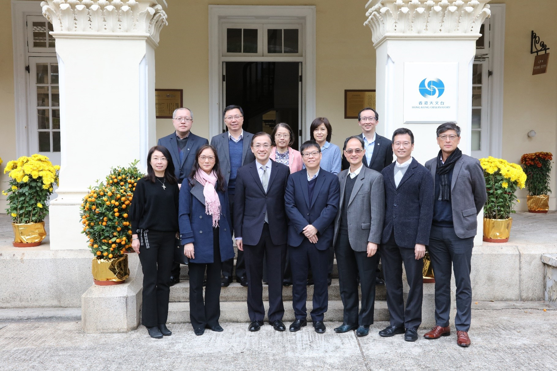 Mr Yu Tak-cheung, JP (front row, fourth left), Director of Buildings, led a delegation to visit the Observatory on 3 February 2020